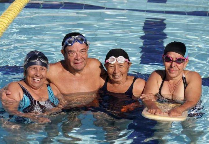La interacción con otras personas favorece el estado anímico y mantiene activos a los adultos mayores. (Francisco Gálvez/SIPSE)