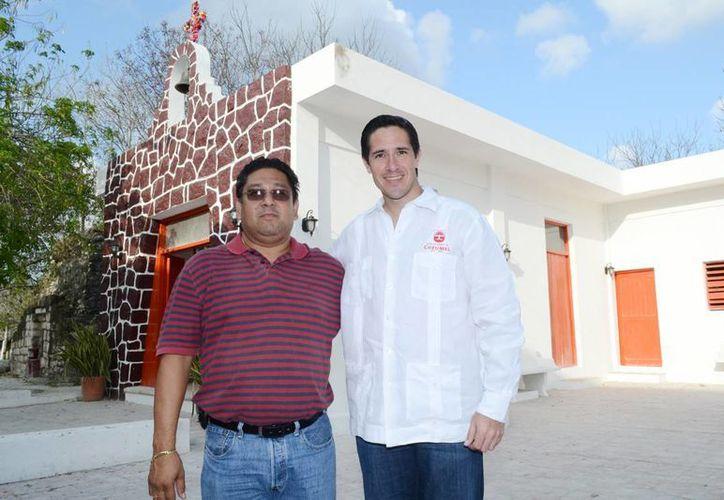 El alcalde y el director de Obras Públicas en El Cedral. (Cortesía/SIPSE)