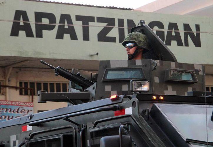 La Procuraduría no sabe cómo ocurrió la emboscada, esperan la declaración algunos de los policías heridos. Imagen de un militar durante un operativo de vigilancia en Apatzingán. (Archivo/Notimex)