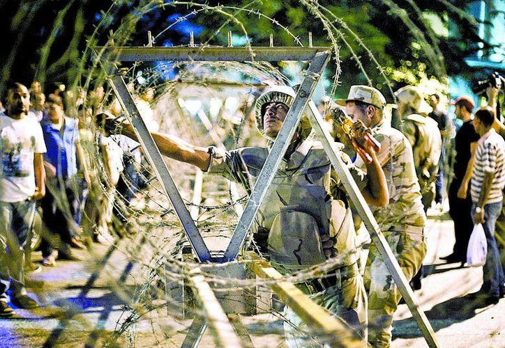 El ejército retiró ayer el vallado que, ante el anuncio de más manifestaciones, rodeaba la corte suprema. (Milenio)