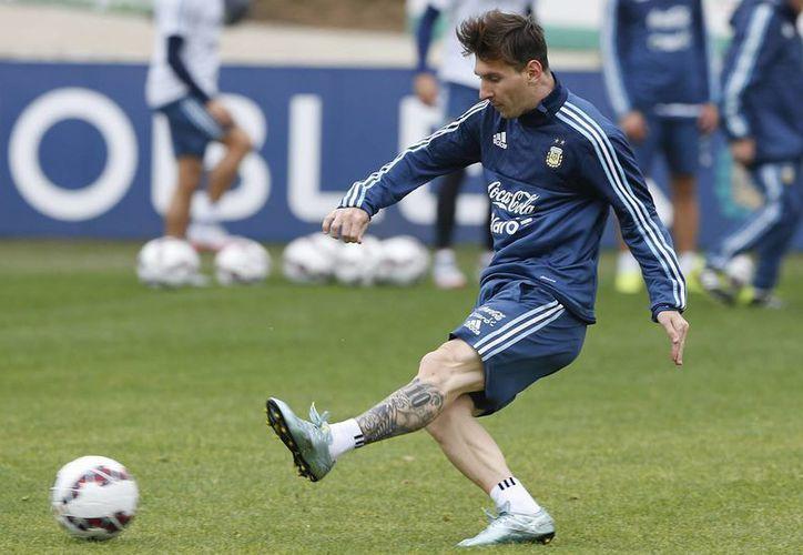 Messi llegó a de 100 partidos disputados con la camiseta de Argentina aunque muchos de sus fanáticos dicen que él no siente la playera. En la foto, en un entrenamiento de Copa América. (AP)