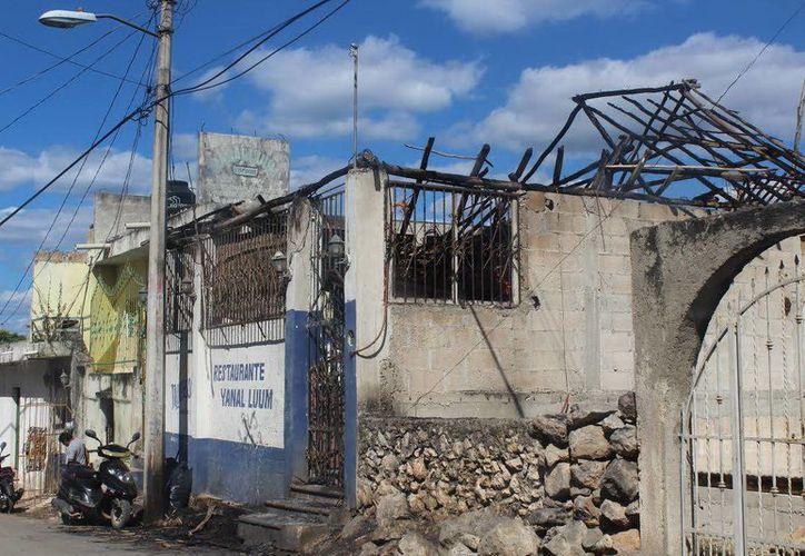 """La palapa de la cantina """"Yanal Luum"""" se quemó en su totalidad, al igual que el mobiliario y cartones de cerveza. (Milenio Novedades)"""