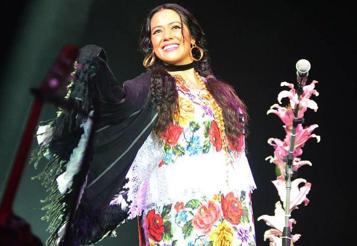 La cantante Lila Downs portó con orgullo un terno yucateco durante su presentación en la Plaza Grande de Mérida. (Milenio Novedades)