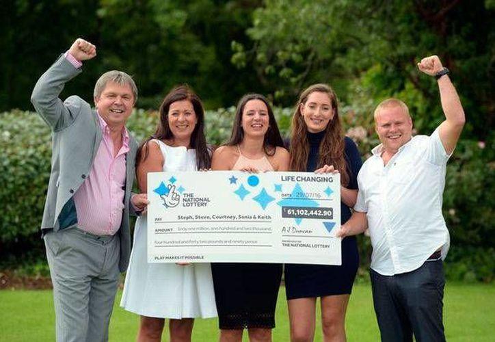 Miembros de la familiam Davis que ganaron la lotería en Reino Unido: Keith Reynolds, Sonia Davies, Stephanie Davies, Courtney Davies and Steve Powell (Foto: www.walesonline.co.u)