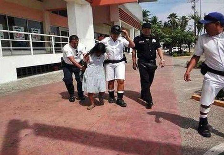 La CNDH investiga abuso de policías contra indígena detenida en Acapulco. (Foto tomada de Twitter)
