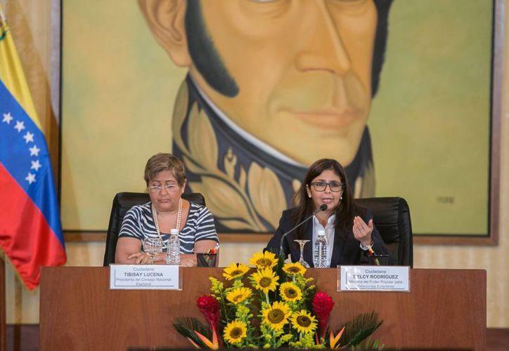 La autoridad electoral venezolana anunció que comprobará la autenticidad de las casi dos millones de firmas que entregó la oposición a favor del referéndum revocatorio. (EFE)
