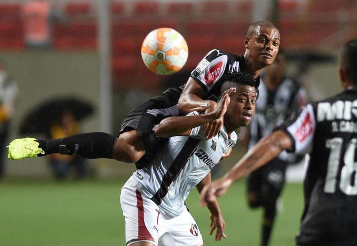 Lucas Candido (Atletico Mineiro), pelea por el balón contra Keno (Atlas) en partido de la Copa Libertadores en Belo Horizonte. (Foto: AP)