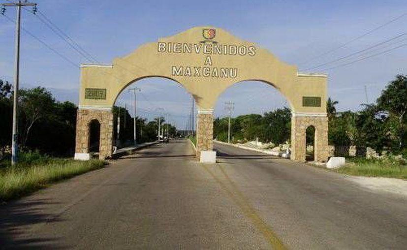 Arco de entrada a Maxcanú, villa donde ocurrió la historia de Alex, el hijo que se avergonzaba de sus padres. (Jorge Moreno/SIPSE)