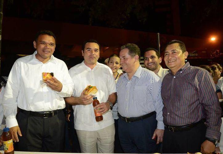 El gobernador Rolando Zapata (i), quien aparece junto al alcalde meridan Renán Barrera, presidirá un aniversario más de la muerte de Felipe Carrillo Puerto.
