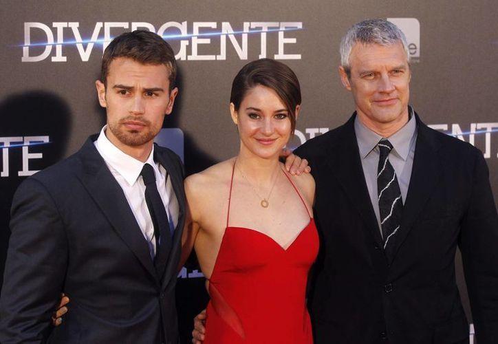 "Theo James (i) y Shailene Woodley protagonizarán ""Insurgent"", segunda parte de la saga fílmica. (EFE/Archivo)"