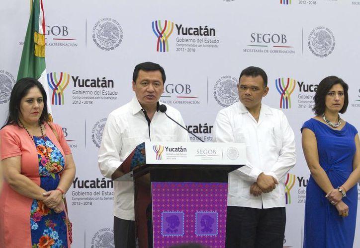 Osorio Chong dijo que el gobierno federal está dispuesto a dialogar con los maestros, pero sin presiones. A su izquierda aparece el gobernador de Yucatán, Rolando Zapata Bello. (Notimex)