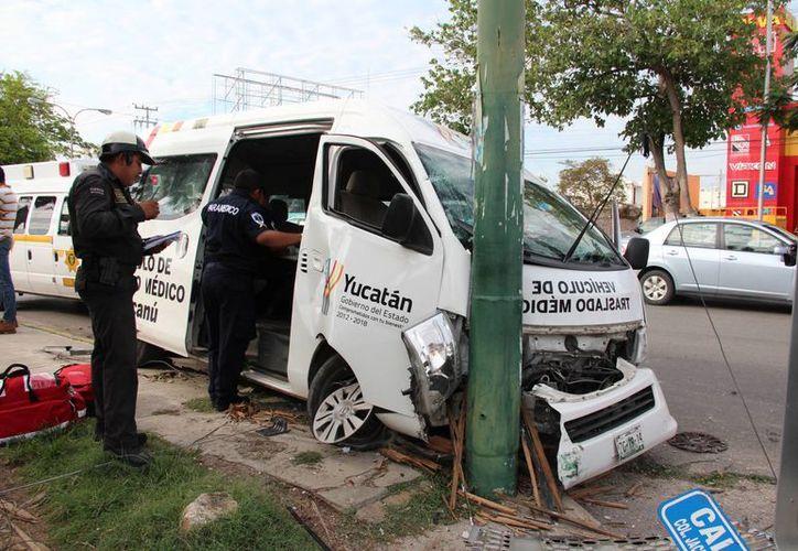 El cambio repentino de dirección de un automovilista ocasionó que se impactada contra una ambulancia con niños del Crit Yucatán en la avenida Jacinto Canek. Hubo siete heridos. (Aldo Pallota/SIPSE)
