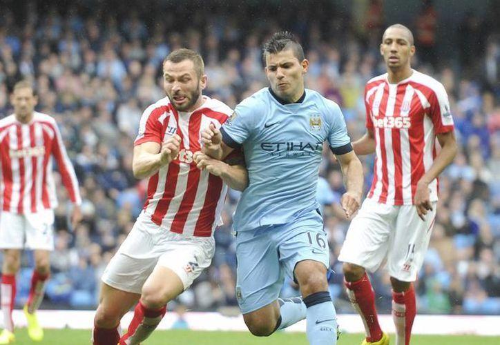 Sergio 'El Kun' Agüero (c) fue uno de los jugadores del Manchester City que fueron mantenidos a raya por la defensa del club Stoke. (Foto: AP)