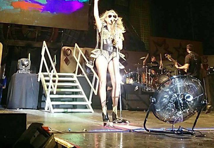 Paulina Rubio sufrió aparatosa caída durante el concierto que ofreció en el Carnaval de Campeche, el pasado sábado.(Foto tomada de Facebook/Paulina Rubio)