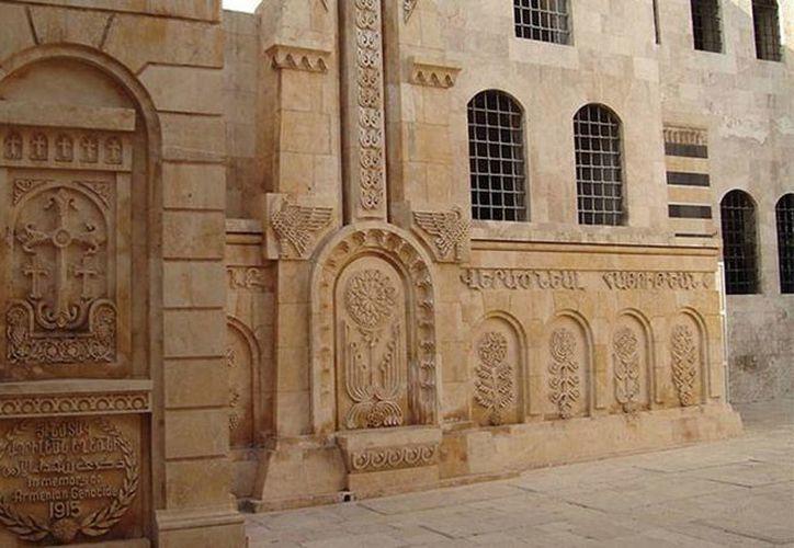 Los terroristas del Estado islámico han destruido casi dos mil 500 iglesias, mezquitas y monumentos, muchos de ellos construidos en territorio de Siria e Irak. Imagen de una construcción milenaria destruida por los rebeldes. (RT)