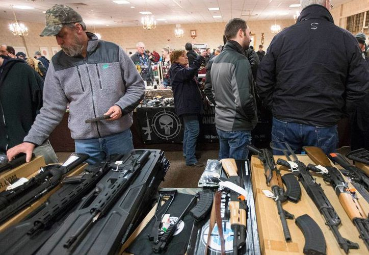 Este viernes, Facebook prohibió la venta de armas de persona a persona a través de su sitio. Imagen de contexto de una exposición de armento en Concord, Massachusetts, EU. (Archivo/AP/John Minchillo)