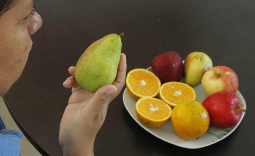 Lavar con agua clorada frutas y verduras es una de las medidas para evitar el contagio de hepatitis. (Cortesía/SIPSE)