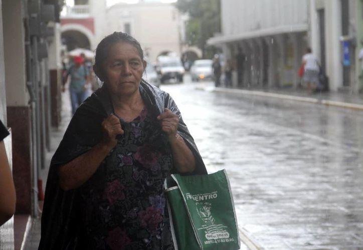 Por la tarde, un aguacero se hizo presente en el centro de la ciudad. (Juan Albornoz/SIPSE)