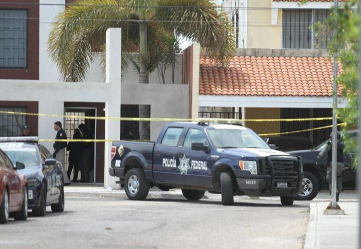 Operativo de agentes federales en una casa del fraccionamiento Francisco de Montejo II. (Amílcar Rodríguez/Milenio Novedades)