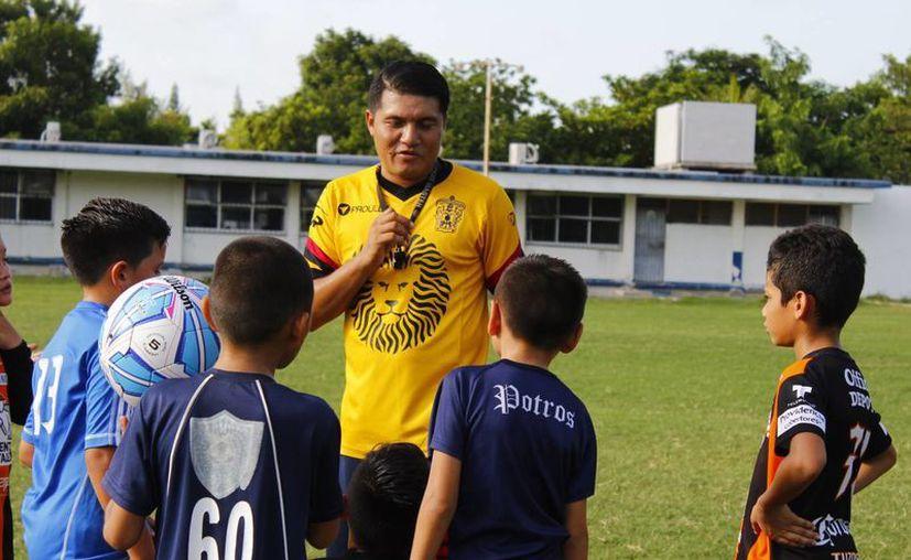La escuela trabaja en la cancha del CBTIS 111 y por el momento acepta a niños desde los 4 a 11 años. (Ángel Mazariego/SIPSE)