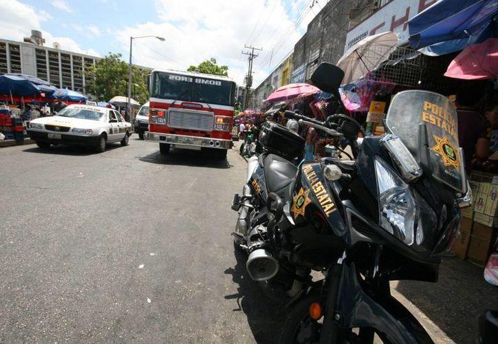 En cuestión de minutos los bomberos sofocaron el incipiente incendio en un local de comida en el mercado Lucas de Gálvez. (Jorge Sosa/SIPSE)
