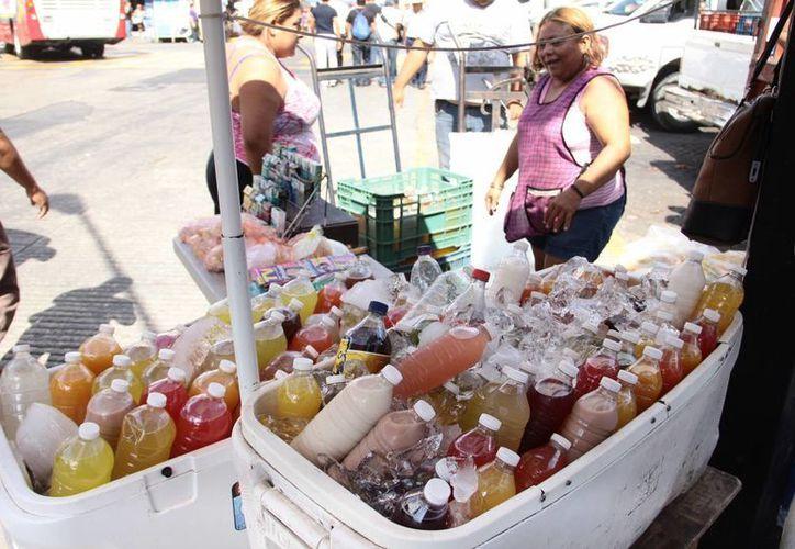 A causa de las altas temperaturas, los refrescos fríos se venden 'como pan caliente' en Mérida. (SIPSE)