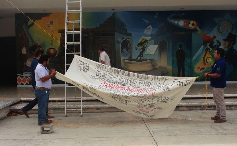 Sindicato de Trabajadores de la Educación Superior del Instituto Tecnológico de Felipe Carrillo Puerto protestaron ayer por el incumplimiento de acuerdos con las autoridades. (Jesús Caamal/SIPSE)