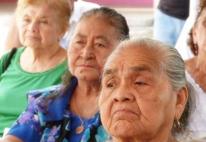 A los adultos mayores no les alcanza con su pensión. (Foto:Novedades Yucatán)