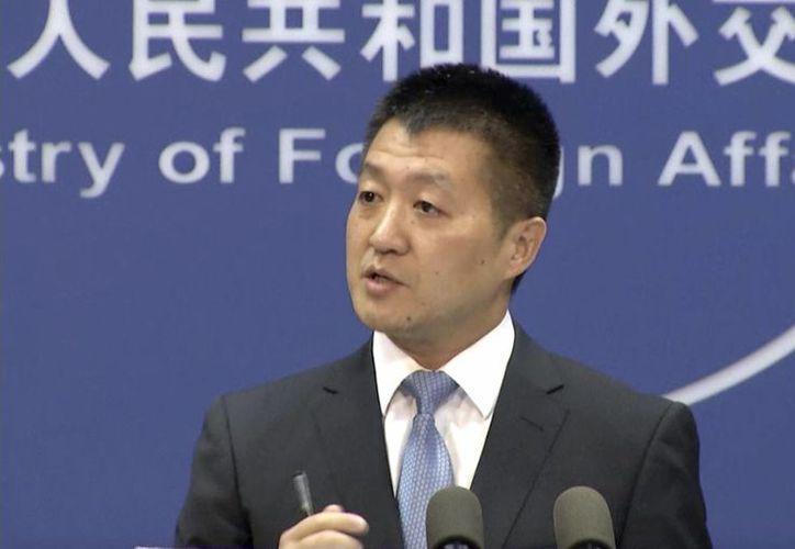 Lu Kang, el portavoz del Ministerio de Asuntos Exteriores chino, habla con la prensa sobre la decisión del tribunal internacional. (Agencias)