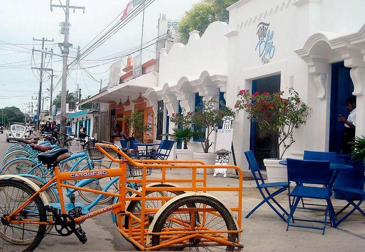 Sobre la avenida principal, los transeúntes tienen que caminar bajo la banqueta que se encuentra ocupada con sillas, vehículos y mercancía diversa. (Foto: Javier Ortiz / SIPSE)