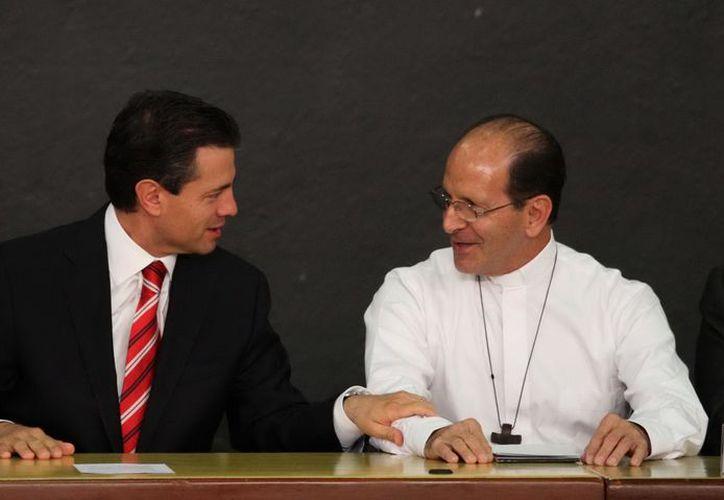 El presidente Enrique Peña Nieto, entregó el Premio Nacional de Derechos Humanos al padre Alejandro Solalinde. (Notimex)
