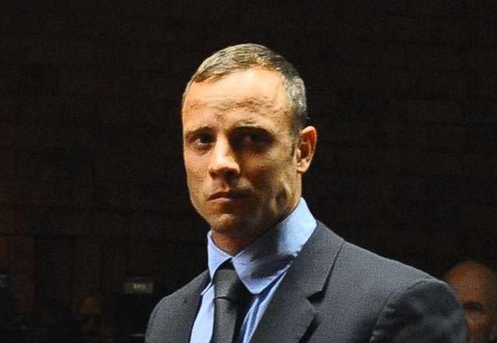 EL atleta Oscar Pistorius comparece en tribunal para responder por el asesinato de su novia. (Agencias)