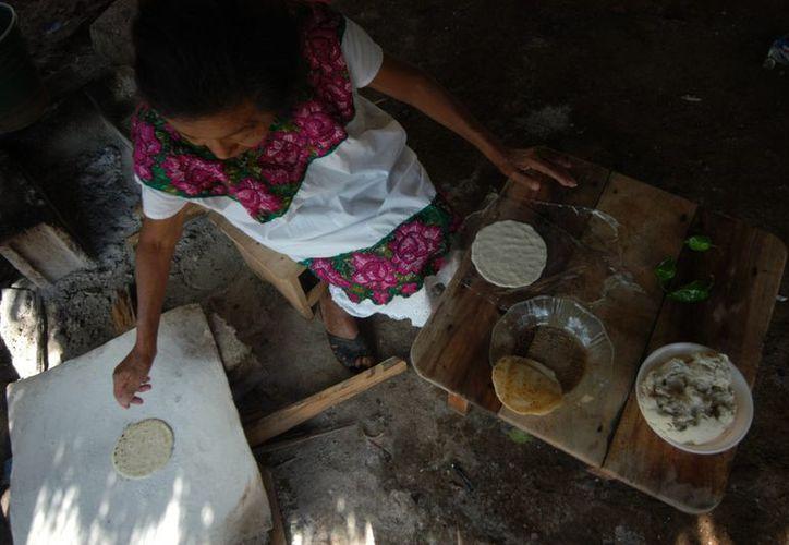 En las comunidades rurales es donde más se acentúa el problema de la pobreza. En la imagen, una mujer indígena de Yucatán hace tortillas. (Archivo/Notimex)