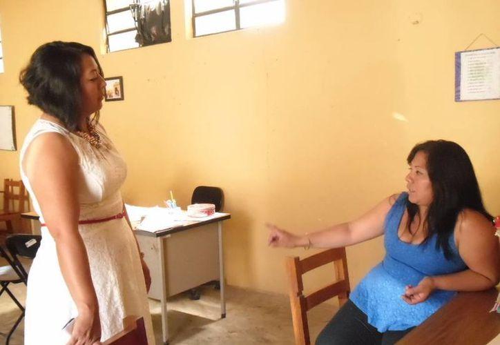 La regidora de Comisarías del Ayuntamiento de Mérida, Manuela Cocom Bolio (i), platica con una vecina de Xcanatún sobre la suspensión del servicio de transporte. (SIPSE)