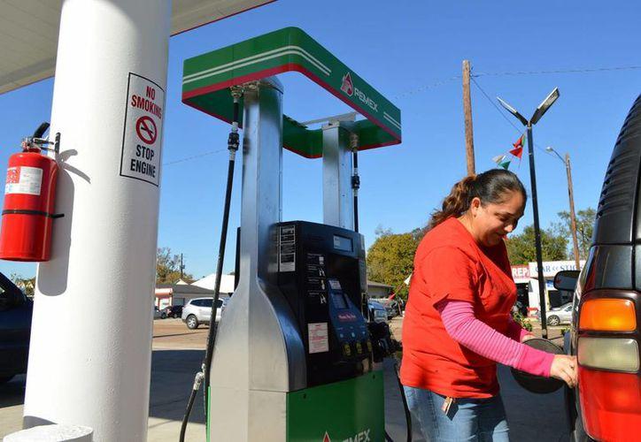 Para el próximo año, la gasolina reducirá su precio 41 centavos menos respecto al de este 2015. Antes esto el Partido Acción Nacional señaló que esto es parte de las negociaciones políticas alcanzadas en el 'Pacto por México'. (Archivo Notimex)