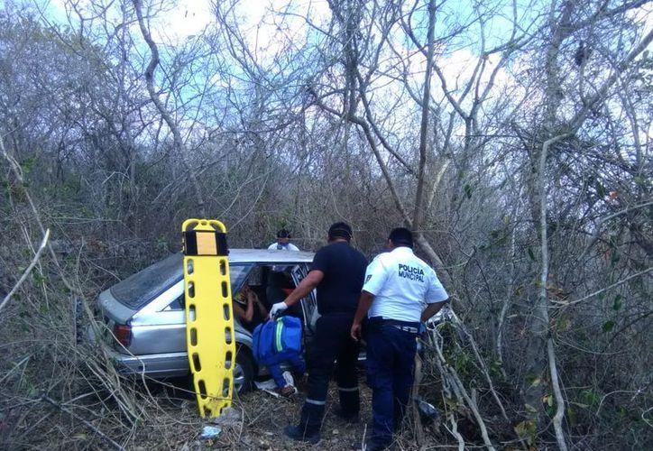 En el kilómetro 5 de la carretera federal Cansahcab–Dzidzantún, el neumático trasero estallo, ocasionado que el conductor perdiera el control del vehículo. (SIPSE)