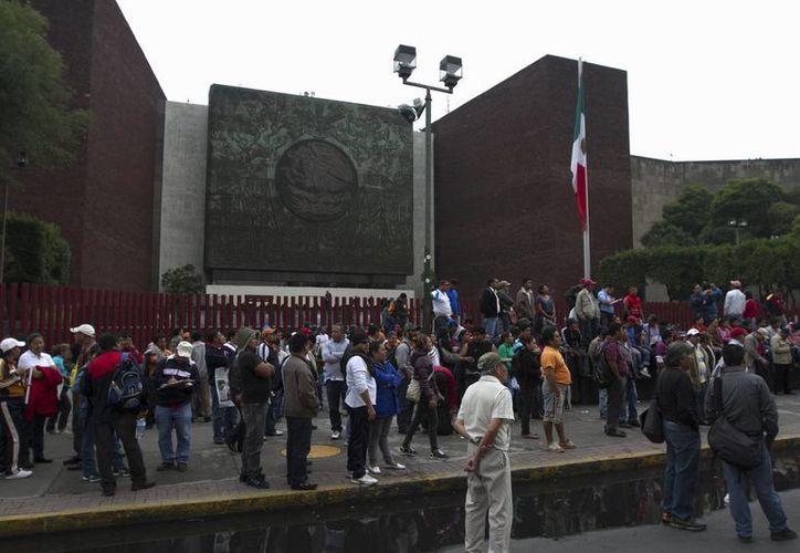 Maestros de la CNTE mantienen cerrados los accesos a la Cámara de Diputados desde la madrugada. (Notimex)