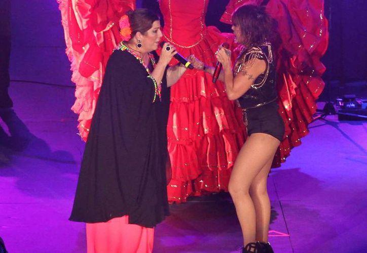 """El primer dueto de la noche Alejandra Guzmán se lo echó con Margarita """"La Diosa de la cumbia"""", con quien cantó 'Yo no soy de nadie'. (Notimex)"""