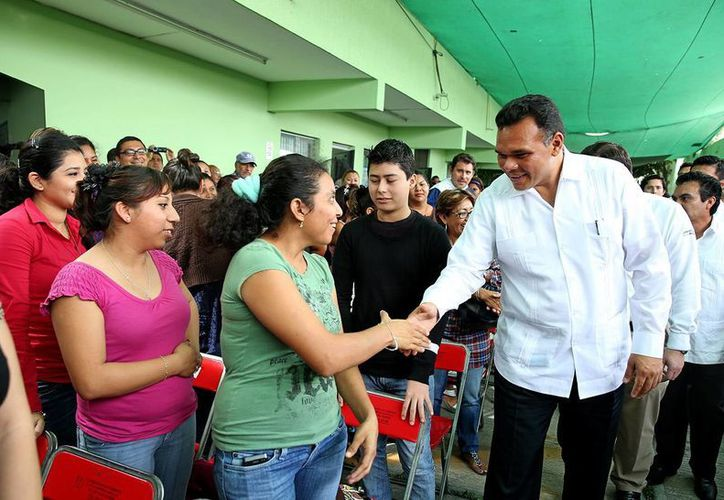 Rolando Zapata Bello saludó a algunos de los beneficiados con el subprograma Bécate. (Milenio Novedades)