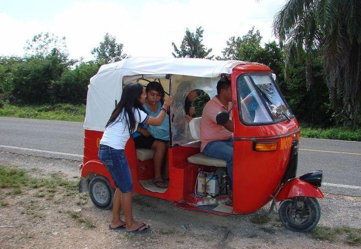 Mototaxistas aseguran que por sus tarifas, no afectan en gran medida el bolsillo de la gente; dicen que llegan a todas las colonias rurales y tienen una buena aceptación entre la comunidad. (Manuel Salazar/SIPSE)