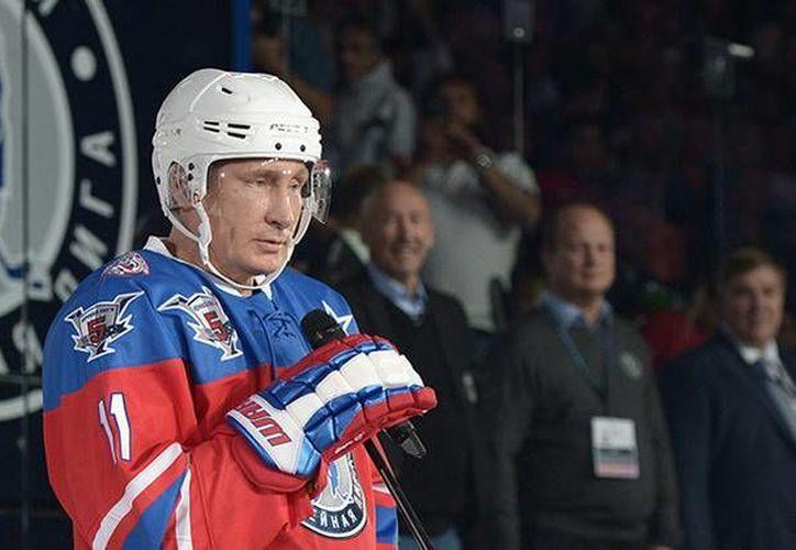 El presidente ruso Vladimir Putin no celebró su cumpleaños 63 en una sala de juntas o comiendo pastel, sino jugando hockey sobre hielo. (Ria Novosti)