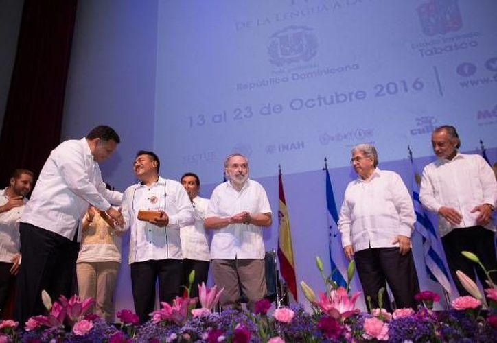 El lingüista yucateco Fidencio Briceño Chel recibió la medalla del Ficmaya de manos del Gobernador, ante la presencia del investigador alemán Peter Schmidt, quien también fue reconocido de la misma manera. (Foto cortesía del Gobierno estatal)