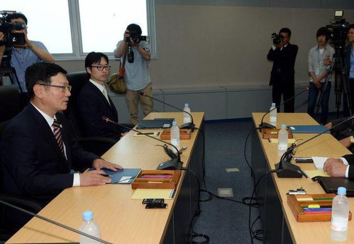 Líder de la delegación surcoreana, Seo Ho (i), con su homólogo norcoreano Park Chul-Soo (d) en la fronteriza y neutral Panmunjom, Corea del Sur. (EFE)