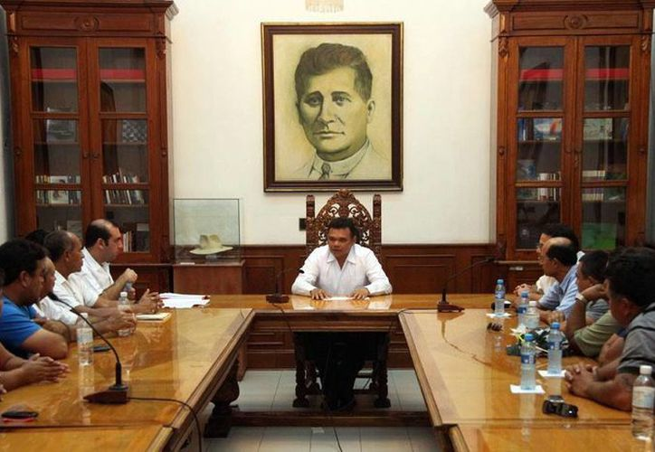 Reunión del Gobernador con los pescadores en el Palacio de Gobierno. (SIPSE)