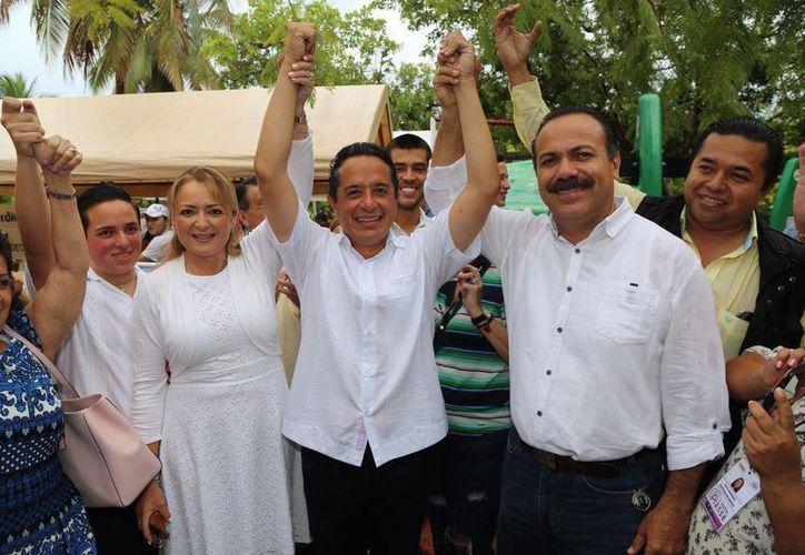 El candidato de la coalición PAN-PRD, Carlos Joaquín González, llevaba buena ventaja en PREP, en las primeras horas de este lunes, tras las Elecciones Quintana Roo 2016. (Redacción/SIPSE)