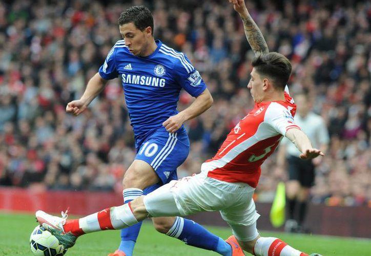 El mediocampista de Bélgica y del Chelsea, Eden Hazard (de azul), fue nombrado mejor jugador del año en la Liga Premier, que está por concluir. (Foto: AP)