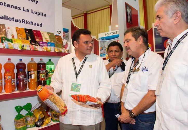 El gobernador Rolando Zapata Bello durante un recorrido por la FIVAH. (Cortesía)
