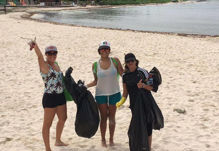 Organizadores cuidando los ecosistemas marinos. (Daniel Pacheco/ SIPSE)