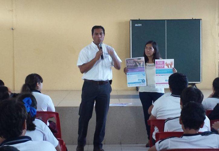 El director de Desarrollo Social promueve en una escuela de Mérida el concurso de cartel y video contra el bullying. (SIPSE)