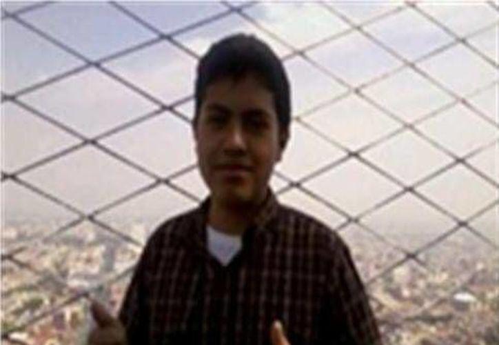 Raúl mide 1.78 metros y camina de forma encorvada. (Twitter.com/@PGJ_Puebla)